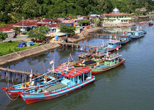Barche sul fiume di Muaro in Padang, Sumatra ad ovest immagini stock