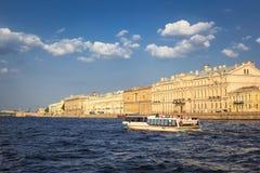 Barche sul fiume di Neva Fotografia Stock