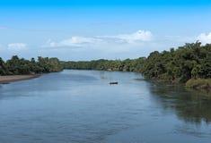 Barche sul fiume di Sixola, sul fiume del confine fra Costa Rica e sul Panama Immagine Stock Libera da Diritti