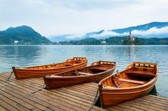 Barche sul lago Bled in Slovenia Lago mountain con la piccole isola e chiesa Fotografia Stock Libera da Diritti
