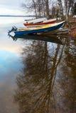 Barche sul lago finlandese Riflessione in acqua Fotografie Stock