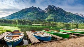 Barche sul lago Hintersee nelle alpi Fotografia Stock