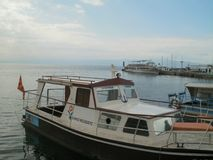 Barche sul lago pronto per i turisti immagini stock
