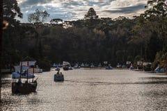 Barche sul lago scuro Gramado Brasile Immagini Stock