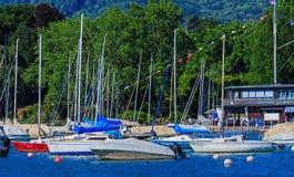 Barche sul lago Zurigo nella città di Zurigo, Svizzera Fotografie Stock Libere da Diritti