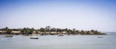 Barche sul litorale del nord del fiume Gambia a Barra fotografia stock libera da diritti