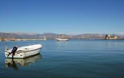 Barche sul mare calmo e sul castello fotografia stock