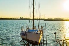 Barche sul tramonto del fiume Immagini Stock Libere da Diritti