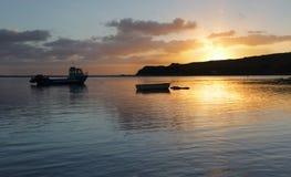 Barche sull'acqua ad alba Fotografia Stock