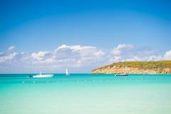 Barche sull'acqua di mare calmo in Antigua il giorno soleggiato Trasporto dell'acqua, sport, attività Vacanze estive sui Caraibi  Fotografia Stock Libera da Diritti