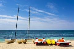 Barche sull'ancona di Playa della spiaggia vicino a Trinidad immagini stock libere da diritti