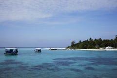 Barche sull'isola di vacanze delle Maldive Immagine Stock