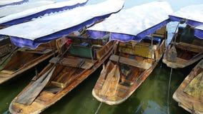 Barche sulla banca Fotografia Stock Libera da Diritti