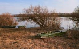 Barche sulla banca di Oka Fotografia Stock