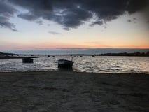 Barche sulla riva Fotografie Stock Libere da Diritti