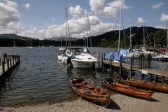 Barche sulla riva al sole Fotografia Stock Libera da Diritti