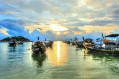 Barche sulla riva con il fondo di tramonto Fotografia Stock