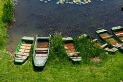 Barche sulla riva del fiume Immagine Stock