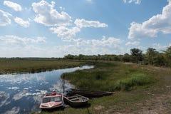 Barche sulla riva del fiume di Linyanti e della palude, Namibia Fotografia Stock