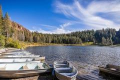 Barche sulla riva del lago George, laghi mastodontici immagini stock
