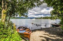Barche sulla riva del lago Windermere Immagine Stock