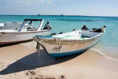 Barche sulla riva della spiaggia Immagini Stock