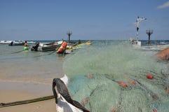 Barche sulla riva di mare e sulla scommessa e sul cielo blu di pesca fotografia stock