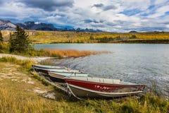 Barche sulla riva erbosa Fotografie Stock