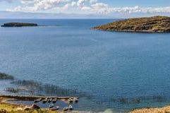 Barche sulla riva su Isla del Sol sul Titicaca in Boliv Fotografia Stock Libera da Diritti