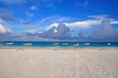 Barche sulla spiaggia caraibica, Messico Fotografie Stock