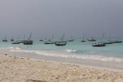 Barche sulla spiaggia della bianco-sabbia di Nungwi, Zanzibar Fotografia Stock