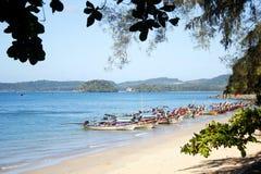 Barche sulla spiaggia di Ao Nang vicino a Krabi Fotografia Stock