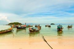 Barche sulla spiaggia, Tailandia Immagine Stock