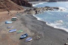 Barche sulla spiaggia vicino al villaggio di EL Golfo a Lanzarote Le Isole Canarie spain fotografia stock libera da diritti