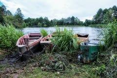 Barche sulla sponda del fiume Immagini Stock Libere da Diritti