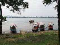 Barche sulle banche del fiume Chang Jiang Immagine Stock Libera da Diritti