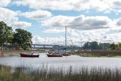 Barche sulle banche delle zone umide del fiume immagini stock