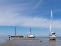 Barche sulle secche scoperte a bassa marea del mare di Wadden Immagine Stock Libera da Diritti