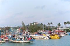 Barche tailandesi vicino al pilastro di Bangrak (grande Buddha) fotografie stock libere da diritti