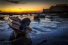 Barche tirate alla La Caleta Cadice Spagna di bassa marea immagini stock