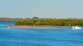 Barche tirate su sulla spiaggia sabbiosa fotografia stock libera da diritti