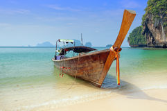 Barche tradizionali del longtail sulla spiaggia di Railay Fotografia Stock