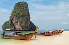 Barche tradizionali del longtail sulla spiaggia di Railay Fotografia Stock Libera da Diritti