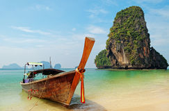 Barche tradizionali del longtail sulla spiaggia di Railay Fotografie Stock Libere da Diritti