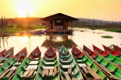 Barche tradizionali in Rawa che rinchiude palude Fotografia Stock Libera da Diritti