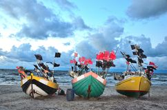Barche a tre colori una costa di mare prima della tempesta Immagini Stock Libere da Diritti