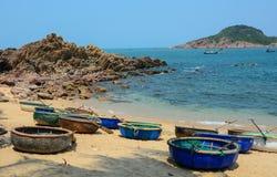 Barche tribali sulla bella spiaggia Fotografia Stock