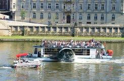 Barche turistiche su un fiume Fotografia Stock