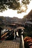 Barche turistiche sui canali dell'acqua della città di Xitang in Cina Immagini Stock