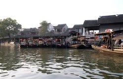 Barche turistiche sui canali dell'acqua della città di Xitang in Cina Immagine Stock